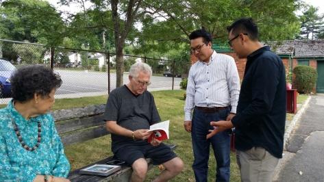 롱아일랜드 유태인 사업가에게 책 전달3