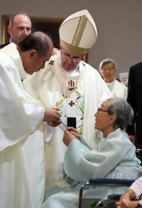 Pope Francis consoles  and receives a present from a former comfort woman, Bok-dong Kim whose ages is 88.